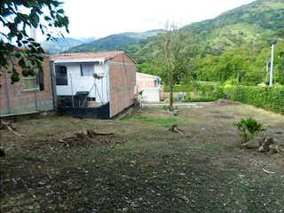 Una casa que está sentada en la hierba en Sopetran, Lote en venta en Casco Urbano Sopetrán de 277m²