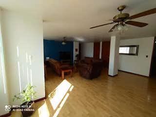 Una sala de estar llena de muebles y un suelo de madera en Departamentos en Venta, en Magdalena Contreras, Ciudad de México