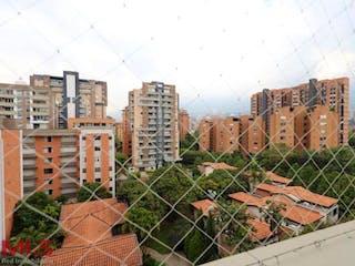 Un montón de edificios que están detrás de una valla en Palo De Rosa