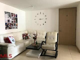 Una sala de estar llena de muebles y una gran ventana en Maderos del Campo 3