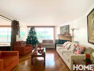 Una sala de estar llena de muebles y una gran ventana en ACOGEDOR APTO CON GRAN UBICACIÓN – VENTA/RENTA – Cll 85 Cra 9 – LA CABRERA