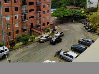 Una calle de la ciudad llena de tráfico al lado de edificios altos en Casa en venta en Loma De Los Bernal de 3 habitaciones