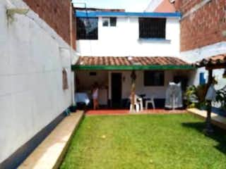 Un pequeño edificio con un banco delante de él en Casa en venta en Belén Centro de 150m² con Jardín...