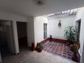 Una cama sentada en una habitación junto a una ventana en SE VENDE CASA EN SIMON BOLIVAR MEDELLÍN