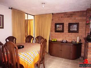 Una sala de estar llena de muebles y una chimenea en MAR DE PLATA
