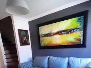 Una sala de estar con un televisor y un sofá en Casa De Tres Niveles En Venta Loma Del Indio Medellín - Antioquia