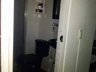 Un cuarto de baño con un inodoro y una ducha en Apartamento en venta en Sabana De Tibabuyes de 3 habitaciones