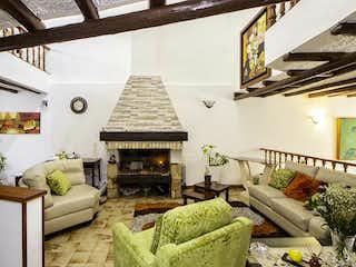 Una sala de estar llena de muebles y una chimenea en Casa En Venta En Bogota Alhambra