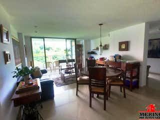 Una sala de estar llena de muebles y una mesa en RECINTO DE LA ABADIA