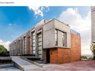 Un gran edificio con un reloj a su lado en Casa en venta en Pinar De Suba de 3 hab. con Gimnasio...
