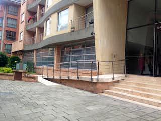 Un rincón de la calle con un edificio de ladrillo y una boca de incendios en Apartamento en venta en Rincón Del Chicó con acceso a Gimnasio