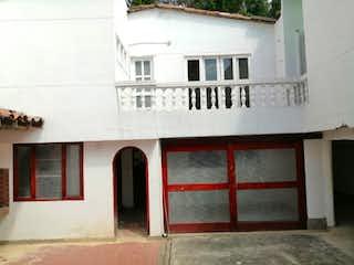 Un edificio con una ventana y una ventana en Casa en venta en La Floresta de 750m²