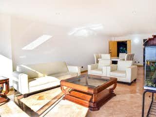 Una sala de estar llena de muebles y una televisión de pantalla plana en Apartamento en venta en El Tesoro, 148mt