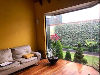 Una sala de estar llena de muebles y una gran ventana en Casa en venta en Cafetales, 240mt