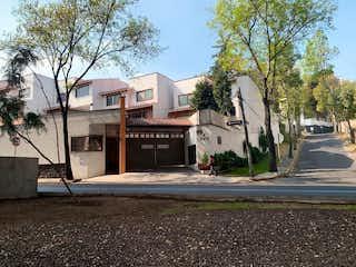 Un edificio con un letrero en la calle en Hermosa Casa en Venta en San Jerónimo Lidice.
