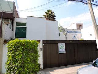 Un edificio con un reloj en el costado en Casa en Venta, Col.  Belisario Dominguez