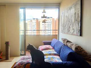 Una sala de estar llena de muebles y una ventana en Apartamento en Venta en Loma De Los Bernal