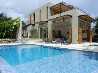 Una gran piscina con una piscina en frente de ella en Condominio
