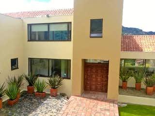 Una sala de estar llena de muebles y una planta en maceta en Casa En Venta En La Calera Vereda El Salitre
