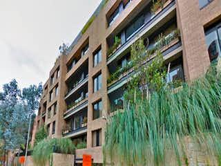 Un edificio alto sentado frente a un edificio alto en Apartamento En Venta En Bogota Santa Bárbara