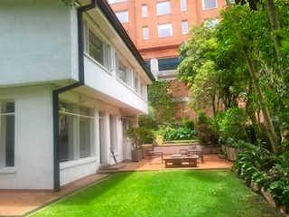 Una vista de una calle con un edificio en el fondo en Casa En Venta En Bogota El Refugio-Chapinero
