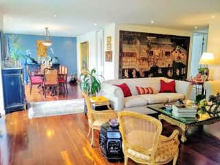 Una sala de estar llena de muebles y una chimenea en Apartamento En Venta En Bogota Los Rosales