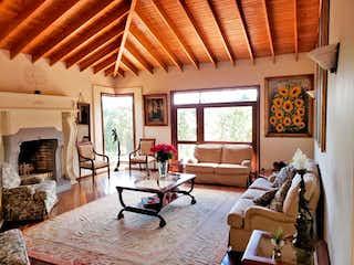 Una sala de estar llena de muebles y una chimenea en Condominio altos de piedra iglesia