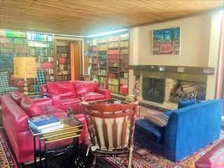 Una sala de estar llena de muebles y un sofá en Casa En Venta En Bogota Santa Ana-Usaquén