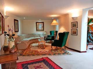 Una sala de estar llena de muebles y una chimenea en Casa En Venta En Bogota Pardo Rubio