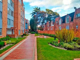 Un gran edificio con un gran jardín en el fondo en Apartamento En Venta En Bogota Colina Campestre