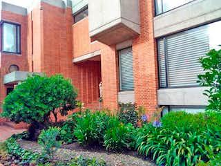 Un edificio de ladrillo con un jardín de flores en él en Casa