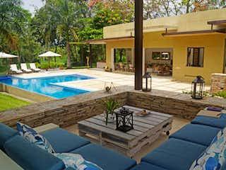 Una vista de un parque con bancos en el fondo en Casa En Venta En Anapoima Mesa De Yeguas