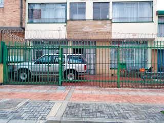 Un camión estacionado delante de un edificio en Casa En Venta En Bogota Santa Ana Occidental-Usaquén
