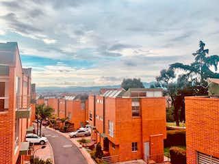 Una calle de la ciudad llena de edificios altos en Casa