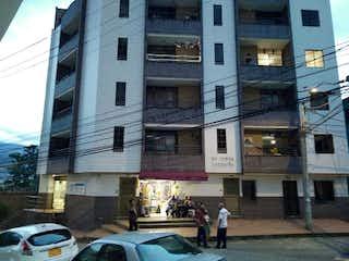 Un par de personas de pie frente a un edificio en Apartamento en venta en Santa Ana de 3 habitaciones