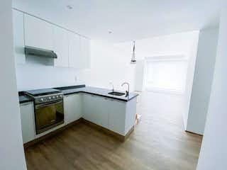 Cocina con horno de fogones y microondas en Venta departamento en Residencial Cosmocrat Santa Fé