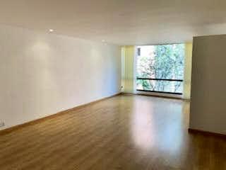 Una habitación que tiene una ventana en ella en VENTA APARTAMENTO REMODELADO LA CAROLINA 1HABITACION 1 BAO