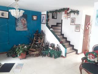 Una sala de estar llena de muchos muebles en VENTA CASA EN MOSQUERA