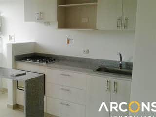 Una cocina con un fregadero y un horno de cocina en URB SENDEROS DEL BOSQUE