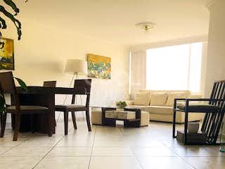 Una sala de estar llena de muebles y una mesa en Apartamento en Venta en Belmira (3)