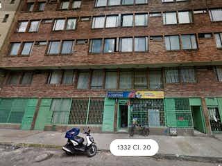 Una motocicleta estacionada delante de un edificio en Apartamento en venta en Las Nieves de 1 hab.