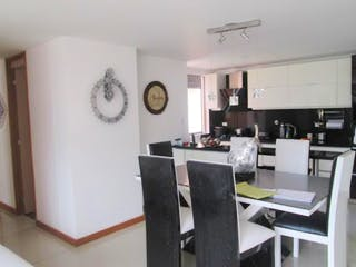 Una cocina con nevera y una mesa en Apartamento en Venta LOMA DEL ESCOBERO