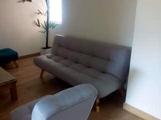 Una sala de estar con un sofá y una silla en Apartamento en venta en Aves María, de 57mtrs2