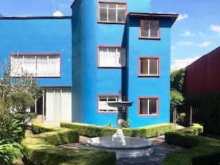 Un edificio azul y blanco en el lado de una carretera en Amargura, Álvaro Obregón