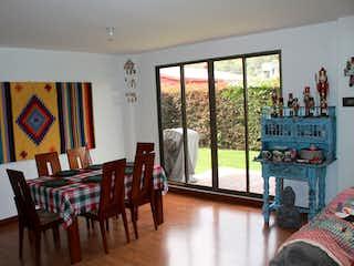 Una sala de estar llena de muebles y una ventana en Casa en venta en Fonquetá, de 231mtrs2