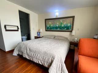 Una habitación de hotel con dos camas y un televisor en Los Andes