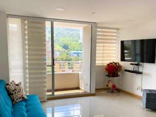 Una sala de estar llena de muebles y una ventana en portón del sur