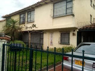 Un coche estacionado delante de una casa en Casa en venta en Pontevedra de 4 alcoba
