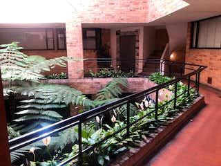 Un montón de plantas en macetas sentadas sobre una mesa en Apartamento En Venta En Bogota Bella Suiza-Usaquén