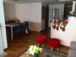 Una sala de estar llena de muebles y un suelo de madera en Edificio